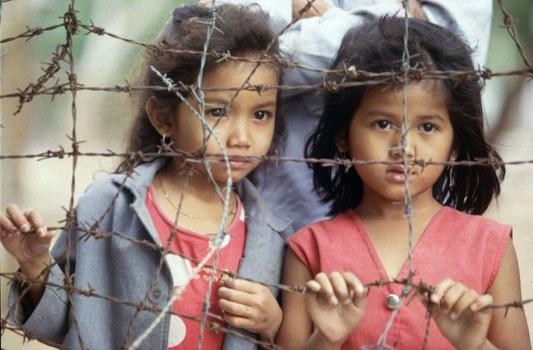 Hai em bé Việt Nam tại trại tị nạn Sikhiu ở Nakorn Ratchasima, Thái Lan hôm 19/2/1997