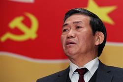 Ông Đinh Thế Huynh, ủy viên trung ương đang trả lời trong cuộc họp báo tại Hà Nội ngày 10 tháng 1 năm 2011. AFP photo