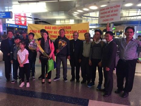 Mục Sư Nguyễn Công Chính (thứ sáu từ phải) và gia đình được đồng hương đón tiếp tại phi trường Los Angeles.