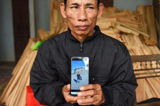Ông Nguyễn Đình Gia ở huyện Cần Lộc, tỉnh Hà Tĩnh, có con trai là Nguyễn Đình Lượng 20 tuổi, hiện mất tích ở Anh. Ảnh chụp hôm 29/10/2019.