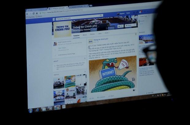 Người dùng truy cập trang thông tin chính phủ Việt Nam trên Facebook.