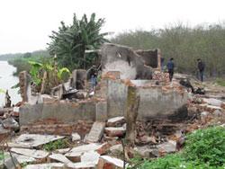 Căn nhà 2 tầng của anh Vươn ở Tiên Lãng bị Lực lượng cưỡng chế san bằng hôm 05/1/2012. Photo courtesy of nld.