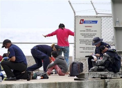 Các quan chức Hải quan Úc lục soát những người xin tị nạn Việt Nam và đồ đạc của họ ngay khi họ đến đảo Christmas, Úc vào ngày 14 tháng 4 năm 2013.