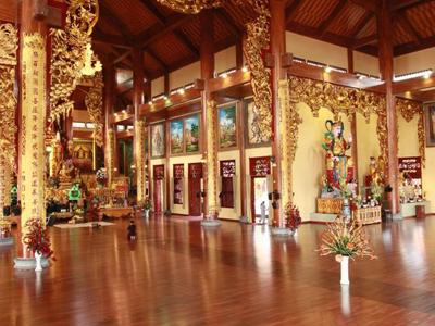 Bên trong chùa Ba Vàng