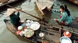 Hình minh hoạ: Một phụ nữ Việt bán thức ăn tại một làng nổi trên dòng Tonle Sap ở Campuchia