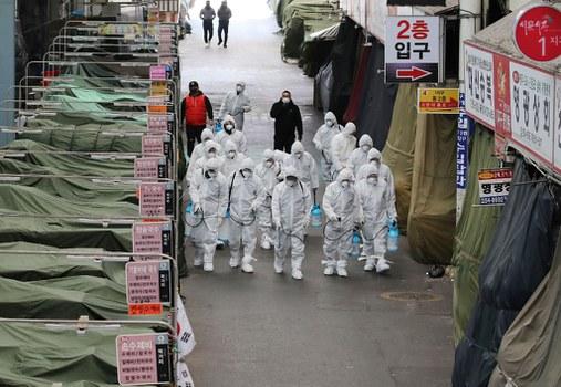 Các nhân viên phun thuốc khử trùng phòng ngừa coronavirus tại một khu chợ ở phía đông nam thành phố Daegu. Ảnh chụp ngày 23/2/2020.