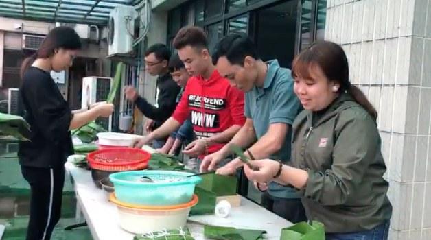 Người Việt tại Đài Loan gói bánh chưng cho Tết