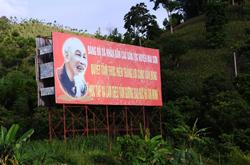Áp phích tuyên truyền người dân tuân theo các giá trị đạo đức của Chủ tịch Hồ Chí Minh tại các tỉnh miền núi phía bắc ngày 25/7/ 2010. AFP photo