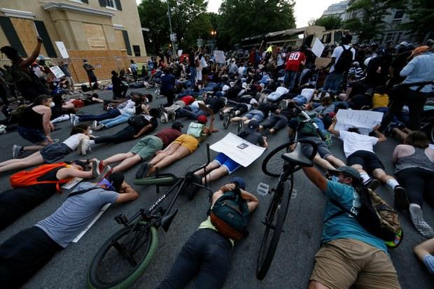 Người dân biểu tình tại Washington DC nằm úp mặt để tưởng nhớ George Floyd.