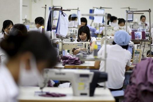 Hình minh họa. Hình chụp hôm 24/5/2019: công nhân nhà máy may ở Hà Nội