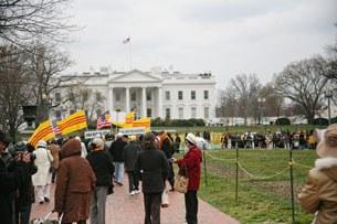 Gần 1000 người từ nhiều tiểu bang về tập trung trước Tòa Bạch Ốc