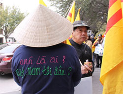 Nhiều người biểu tình đã mặc những áo thun có tên 2 bản nhạc của anh Việt Khang. Photo by Hiền Vy/RFA.