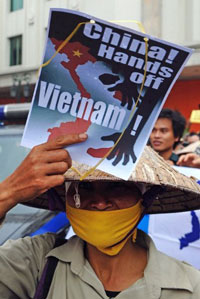 Một người biểu tình cầm poster chống Trung Quốc tại Hà Nội ngày 08 tháng 7 năm 2012. AFP photo