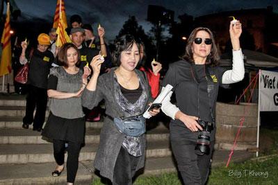 Người Việt khu vực thủ đô Washington cùng những người từ một số tiểu bang xa thắp nến diễu hành trước trước toà đại sứ Việt Nam ở Washington DC. Photo: Billy Khương/VNPS