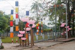 Trang trí mừng Lễ Phật Đản bên bờ Sông Hương ở Huế, ảnh chụp trước đây. RFA PHOTO/Uyên Nguyên.