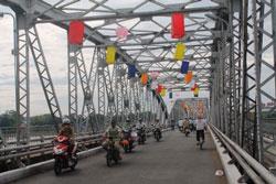 Trang trí mừng Lễ Phật Đản trên cầu Tràng Tiền ở Huế, ảnh chụp trước đây. RFA PHOTO/Uyên Nguyên.