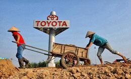 Nông dân bỏ ruộng đi làm thuê. AFP