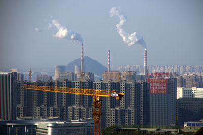 Khói thải ra từ ống khói nhà máy điện đốt than ở thành phố Ji'nan, Trung Quốc hôm 23/12/2016.