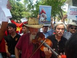 Nhà văn Phạm Xuân Nguyên tham gia biểu tình chống Trung Quốc trước Nhà hát Lớn TP Hà Nội hôm 03/7/2011. Kami's blog.
