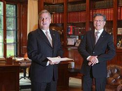 Ông Lê Văn Hiếu (phải) và Toàn quyền đương nhiệm của bang Nam Úc Kevin Scarce. Courtesy alobacsi.vn