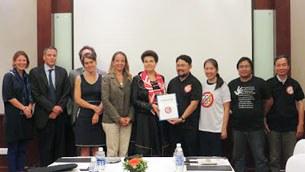Đại diện Mạng lưới Blogger Việt Nam trao Tuyên bố 258 cho bà Veronique Arnault, đại diện Phái đoàn EU sang dự phiên Đối thoại Nhân quyền 2013 với Việt Nam.