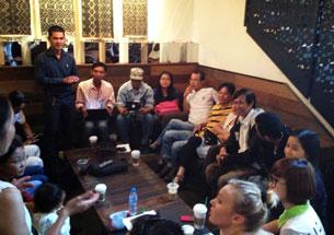 Các Blogger tập trung tại cà phê Starbucks gần khách sạn New World, TPHCM để bàn luận các biện pháp nhằm bảo vệ quyền tự do đi lại của công dân đã quy định trong hiến pháp vào sáng ngày 1/3/2014.
