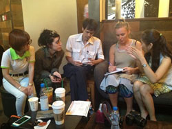 Các Blogger và các phóng viên nước ngoài tại cà phê Starbucks gần khách sạn New World, TPHCM trong buổi thảo luận các biện pháp nhằm bảo vệ quyền tự do đi lại của công dân đã quy định trong hiến pháp vào sáng ngày 1/3/2014. Courtesy MBVN.