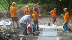 Trùng tu nghĩa trang Thuyền Nhân tại Khu F ở đảo Bidong. Courtesy VKTNVN.