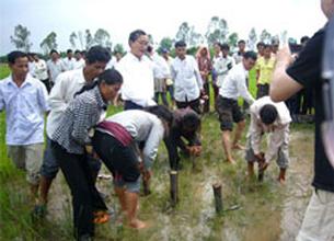 Lãnh tụ đối lập Sam Rainsy cùng một số đồng bào Campuchia ở xã Samrong, huyện Chanhtrea, tỉnh Svay Riêng đang nhổ cột mốc biên giới Việt - Miên hồi năm 2009. Source SamRainsy-party website
