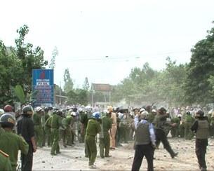 Đông đảo các lực lượng công an được điều động xuống giải tỏa giáo dân xứ Mỹ Yên, tỉnh Nghệ An