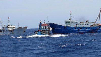 Cảnh nhiều tàu Trung Quốc vây ép tàu cá ngư dân Việt Nam ngay trên vùng biển Việt Nam vào những ngày đầu tháng 5.2014.(ảnh VOV)