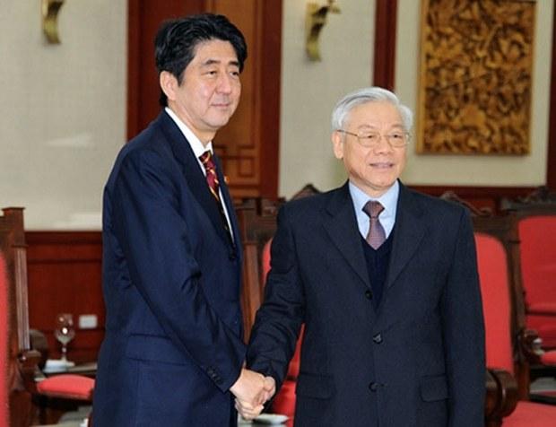 Tổng Bí thư Nguyễn Phú Trọng và Thủ tướng Nhật Shinzo Abe trong cuộc gặp tại Hà Nội năm 2013.