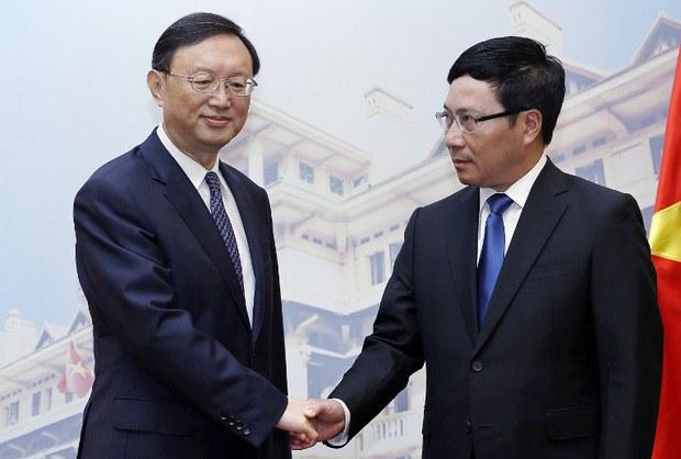 Phó Thủ tướng, Bộ trưởng Ngoại giao Việt Nam Phạm Bình Minh (phải) tiếp đón Ủy viên Quốc vụ viện Trung Quốc Dương Khiết Trì tại Nhà khách Chính phủ, Hà Nội, ngày 18/6/2014.