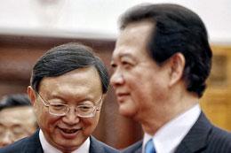 Thủ tướng VN Nguyễn Tấn Dũng (phải) và Ủy viên Quốc vụ Viện Trung Quốc Dương Khiết Trì tại Hà Nội hôm 18/6/2014. AFP