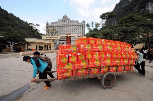 Những phụ nữ Việt Nam đang vận chuyển trái cây Trung Quốc qua cửa khẩu Tân Thanh ở Bắc Lạng Sơn. Ảnh minh họa chụp trước đây.