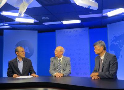 Từ trái phóng viên Kính Hòa, Giáo sư Đoàn Viết Hoạt, và Tiến sĩ Nguyễn Quang A tại đài RFA ở Washington ngày 20 tháng 8, 2015