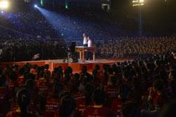 Nick Vujicic diễn thuyết trước 20.000 người tại sân vận động Mỹ Đình ở Hà Nội vào ngày 23 tháng 5 năm 2013.AFP PHOTO / HOANG DINH Nam