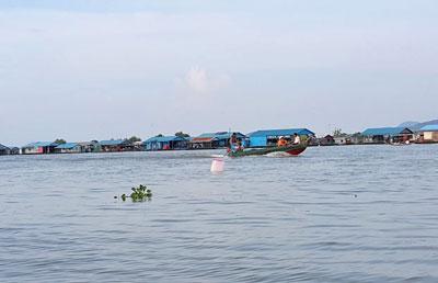 Hồi đầu tháng 10 năm 2015, gần 1.500 nhà bè, nhà nổi của người Việt tại tỉnh Kampong Chhnang đã di dời khỏi nơi neo đậu sang vị trí mới.