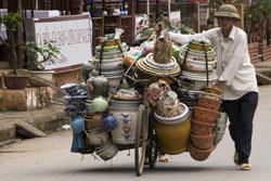 Một người dân buôn bán đồ gốm sứ Trung Quốc qua cửa khẩu Lào Cai hôm 10/5/2014. AFP photo