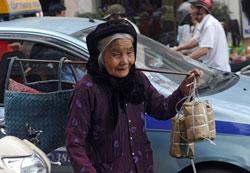 Một cụ bà bán bánh tét những ngày giáp tết ở Hà Nội năm 2013. AFP photo