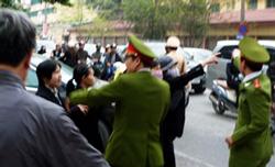 Công an ngăn cản người dân đến phiên tòa xử TS Cù Huy Hà Vũ tại HN hôm 04/4/2011. AFP photo