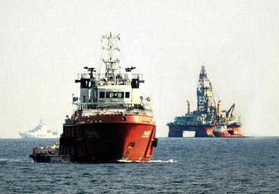 Giàn khoan HD của Trung Quốc và các tàu bảo vệ trong vùng biển Việt Nam, ảnh chụp tháng 7 năm 2014.