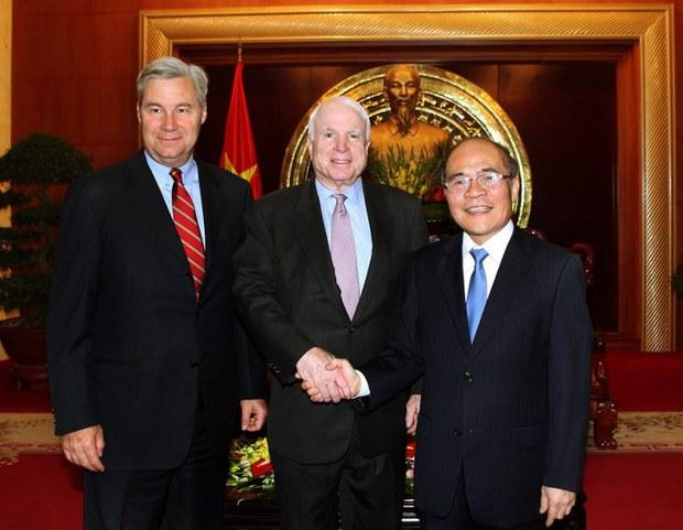 Thượng nghị sĩ Mỹ John McCain (giữa) và Thượng nghị sĩ Sheldon Whitehouse (trái) cùng với Chủ tịch Quốc hội Việt Nam Nguyễn Sinh Hùng trong một cuộc họp tại Hà Nội vào ngày 08 Tháng Tám, 2014.