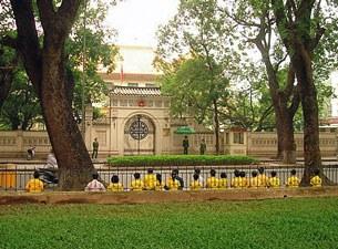 Các học viên Pháp Luân Công Việt Nam tọa thiền trước Đại sứ quán Trung Quốc tại Hà Nội ( năm 2011)