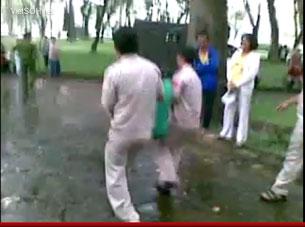 Cảnh sát Việt Nam đang bắt các học viên Pháp Luân Công tại công viên Lê Văn Tám/TPHCM vào ngày 9 tháng 10, 2011. Source video của VietSOH.net