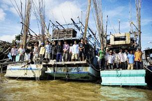 Các tàu cá Việt Nam bị Thái Lan bắt giữ đưa về cảnh Narathiwat. AFP