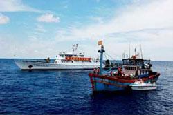Công an biên phòng Trung Quốc bắt tàu đánh cá Việt Nam hồi năm 2009. Photo courtesy of Lyson Forum.