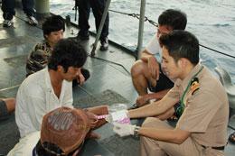 Ngư dân Việt được phát thuốc sau khi bị lực lượng hải quân Thái bắt giữ.