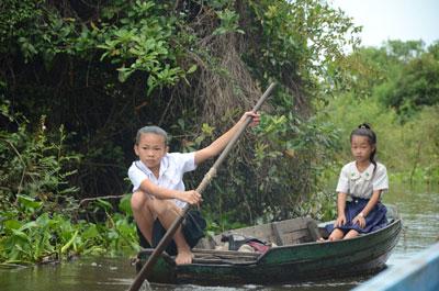 Các cháu bé chèo thuyền đến trường học (citizen photo)