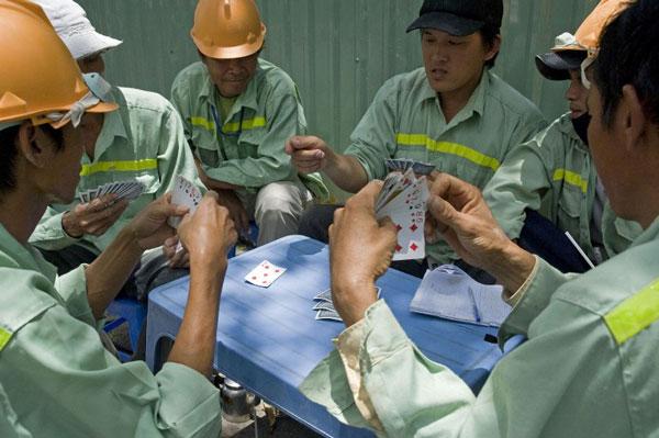 Công nhân đánh bài trong giờ nghỉ trưa tại Cần Thơ hôm 10/8/2013.